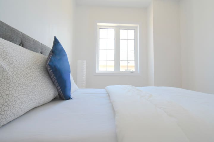Private Queen Bedroom - Halton Hills