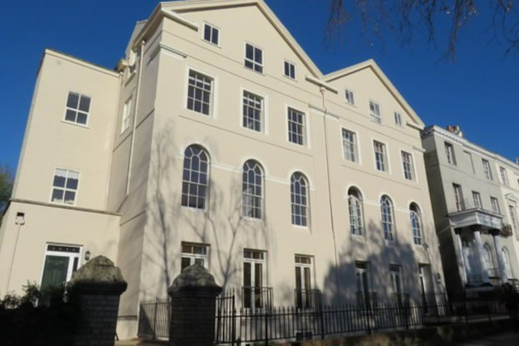Central Exeter 2 bed apartment, spacious, well-equipped Secure parking