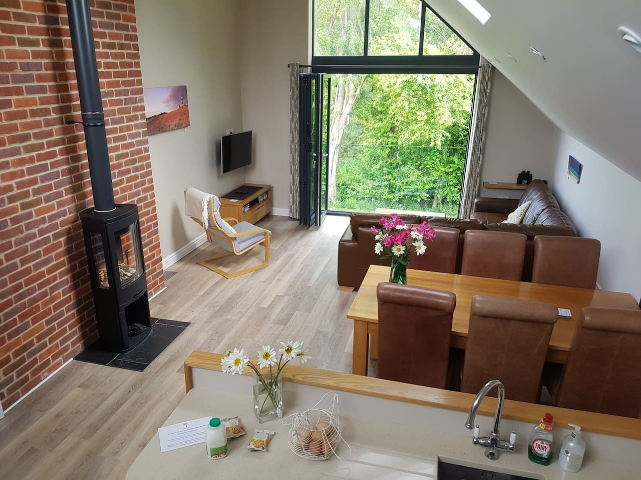Reverse living - Lounge/ Diner/ Kitchen with a Tree Top View out the by-fold doors perfect for watching birds and wildlife or just enjoying the view. Sunny or raining just lovely
