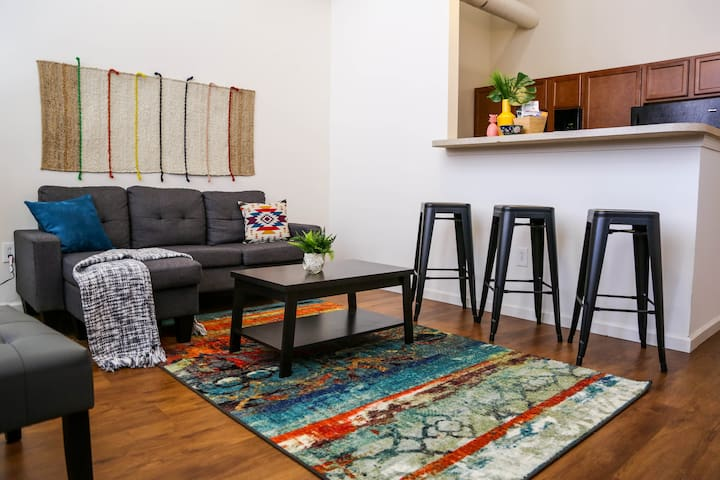 Vibrant 2BR Loft @ Minutes to Mass Ave + Dining