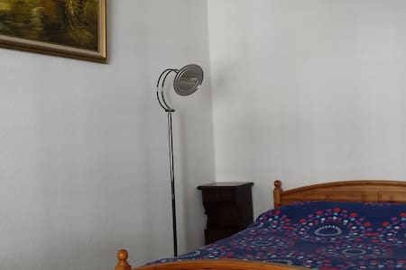 Spatious bedroom in front of main Square & River - 日内瓦 - 公寓