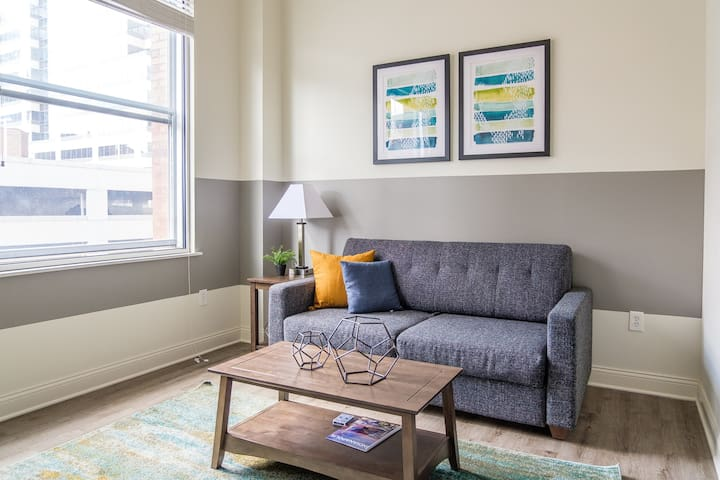 Bright 1BR in Heart of Downtown