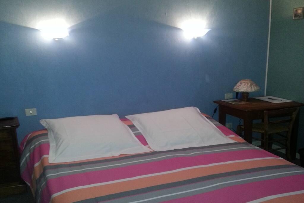 Chambre 2 à 3 personnes avec un grand lit et un lit simple, WC et salle d'eau séparée et privatifs à la chambre