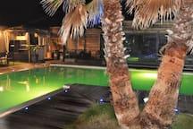 autour de la piscine en soirée