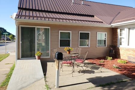 Pet friendly, 2 BR close to Mississippi River