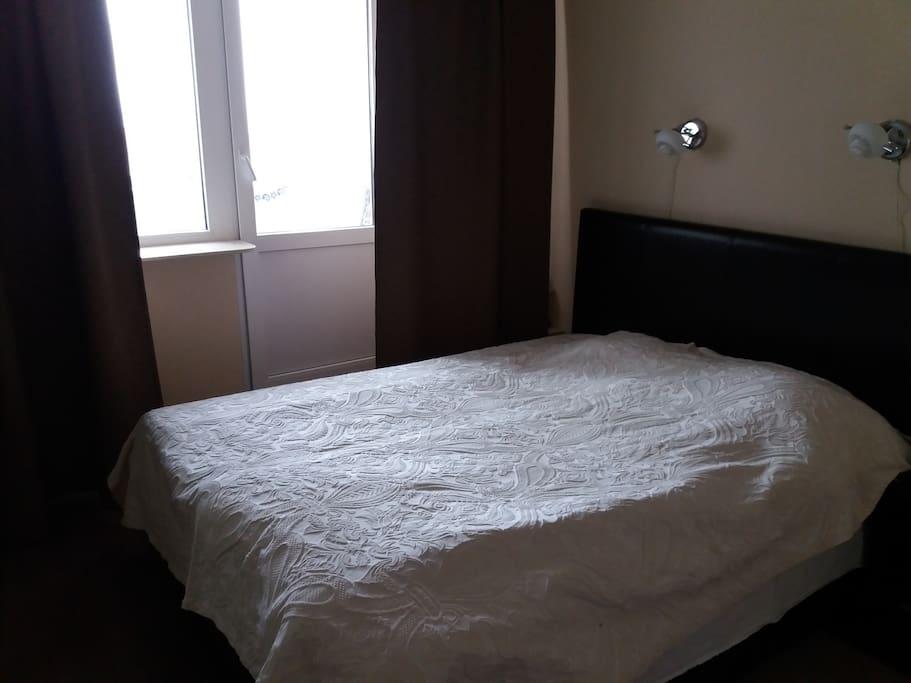 Спальня с двух-местной кроватью 1,8м, ТВ, встроенными шкафами и выходом на балкон