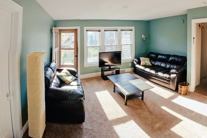 Sunny 2 Br flat, near Big House - Ann Arbor - Apartment