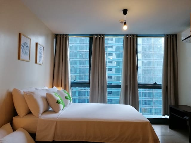 25th flr #25BNW, 1BR BGC, 6pax, Pool, WiFi/Netflix