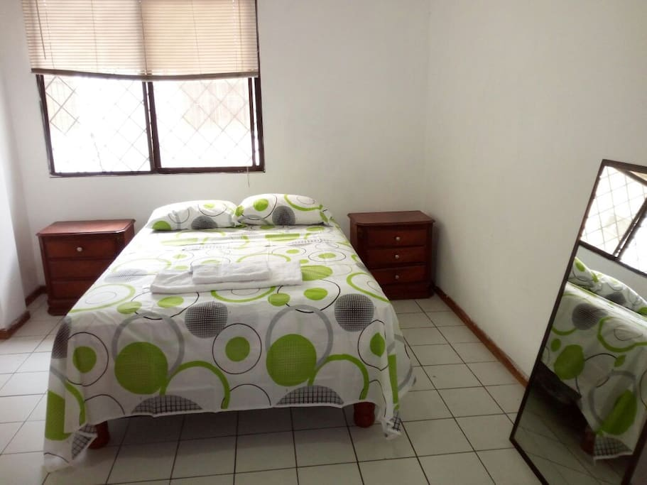 Bedroom with private closets/ Cuarto con armario privado