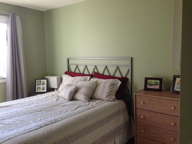 Sunny, peaceful room minutes from U of L - Lethbridge - Huis