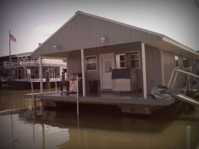 REEL Therapy Houseboat Rental