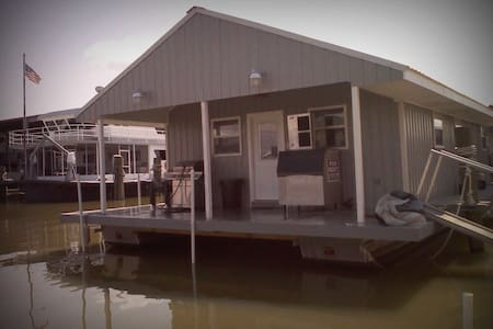 REEL Therapy Houseboat Rental - Zomerhuis/Cottage