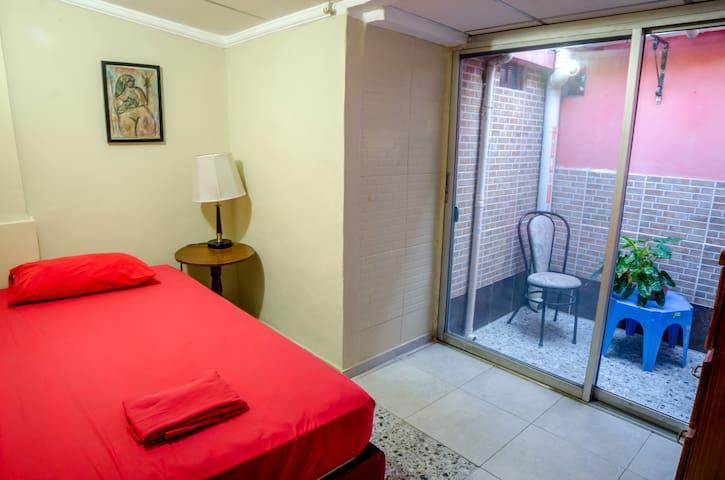 Comoda habitacion privada con pequena terraza