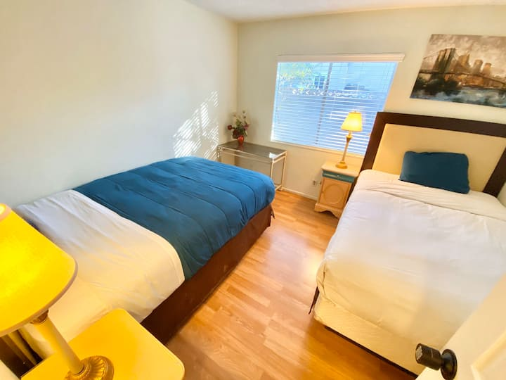 2 bed private room w/ lock, 12 min to Strip Wifi