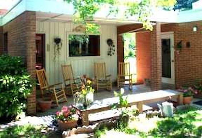Guest House at Sanctuary Retreat Center - Beallsville