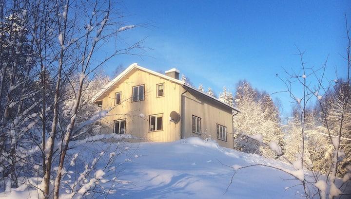 Svedjan, lägenhet 2 i hus med utsikt i Hällesjö