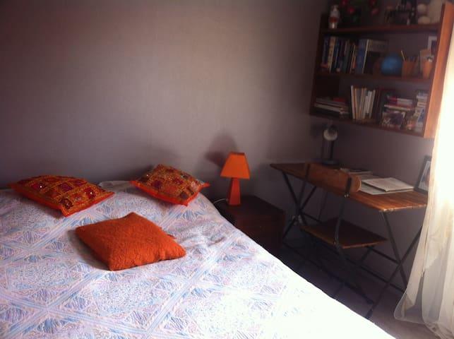 Une chambre dans maison dans quartier calme.