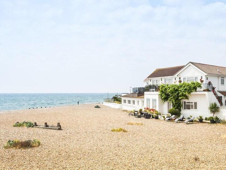 Luxury Beachfront apartment with Stunning Views