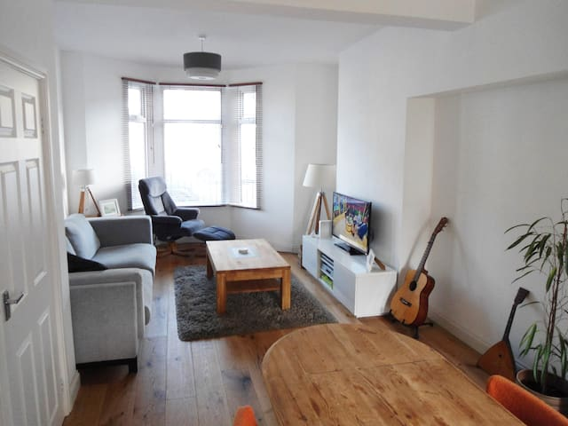 5 minute walk to stadium and city centre - Cardiff - House