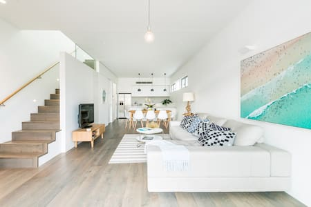 Spacious Luxurious 3 Bedroom Beach House + Parking - North Bondi