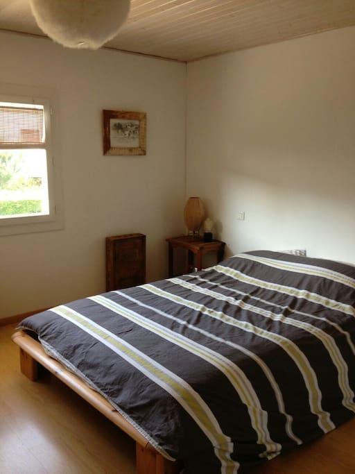 Un lit double en 140 donnant sur le jardin