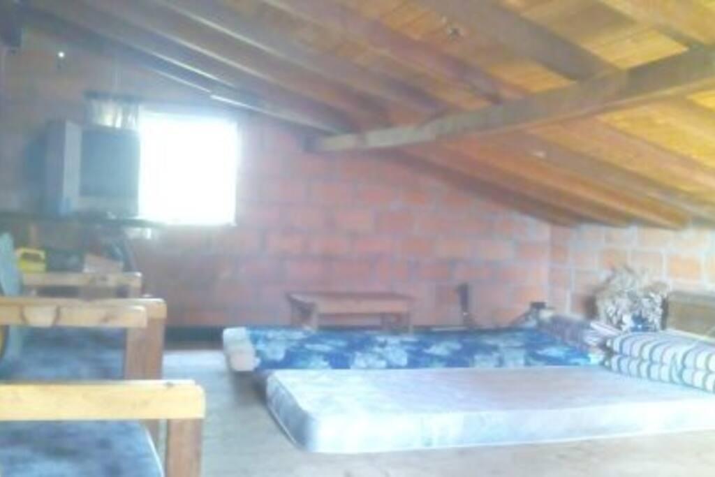 mezanini con dos colchones, television satelital y zona de estar