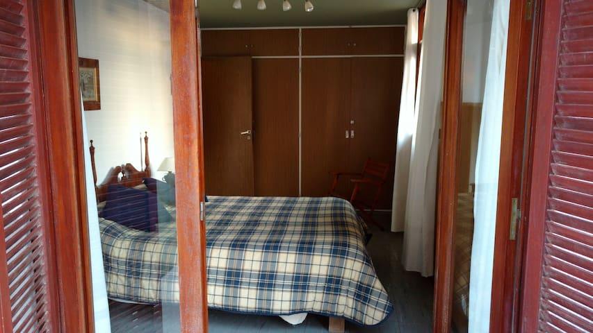 Habitación 1, cama matrimonial y balcón.