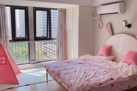 |美居民宿| 100寸高清投影 浪漫粉色兔耳朵大床头 万达近 可以做饭 自助入住 电子密码锁