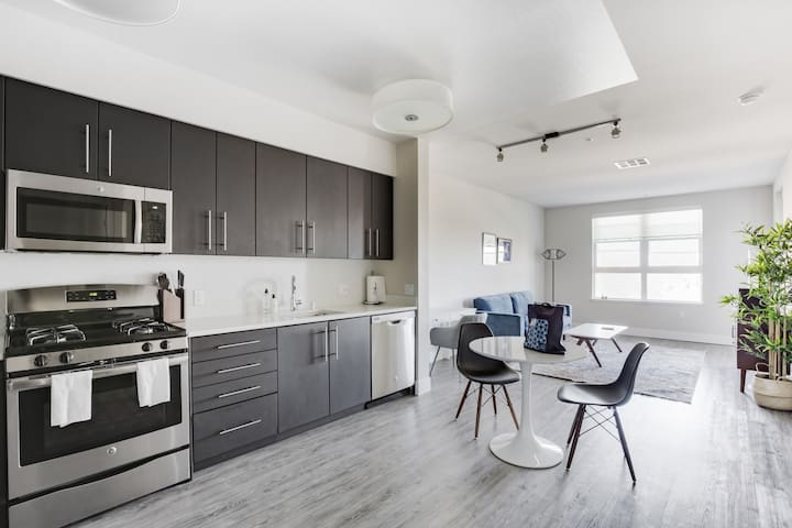 Modern 1BR with Many Amenities