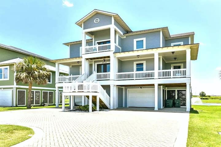 Dog-Friendly Home with Gulf View, Shared Pool & Hot Tub, and High-Speed WiFi