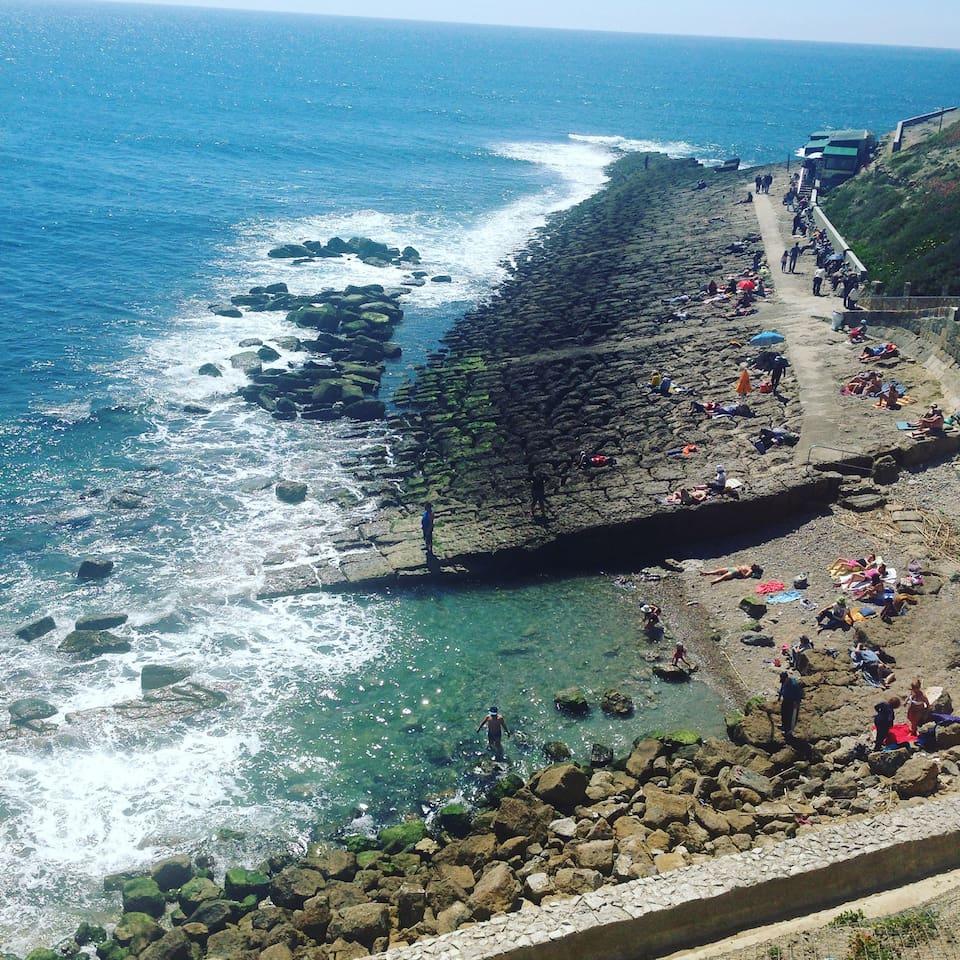 Rochers  Praia da Consolação avec Restaurant face à la mer les pieds dans l'eau