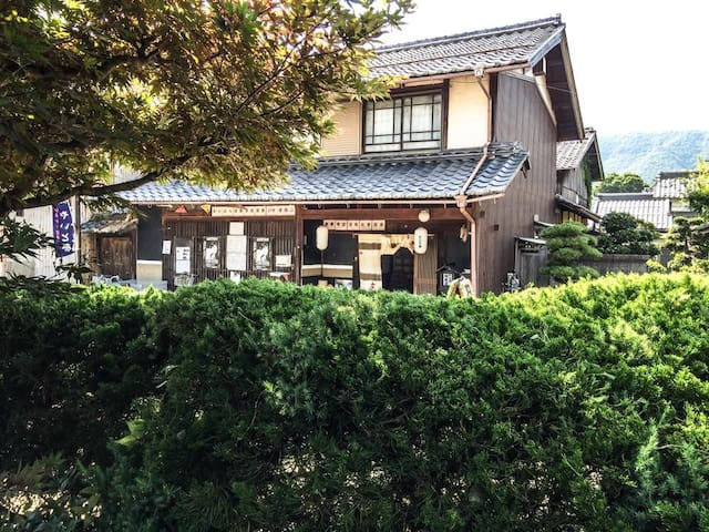 It is a traditional wooden building - Maibara-shi - Casa