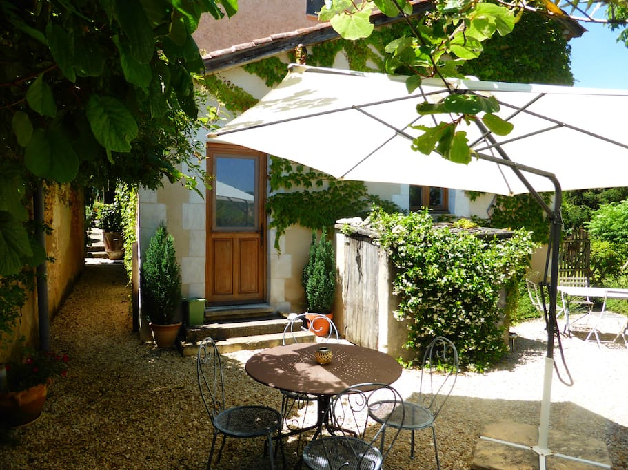 Private rear courtyard & eating/barbecue area
