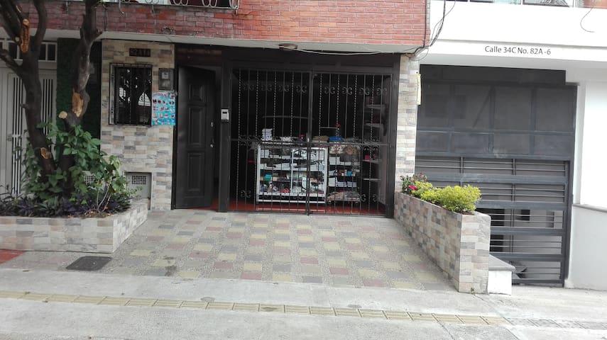 Cómoda Habitación en La Castellana cerca Laureles