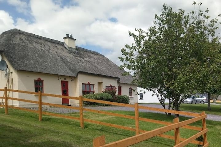 Thatched Cottage - Killarney, Co Kerry