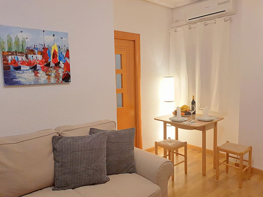 Dinnig area, acces to the bedroom and a/c unit