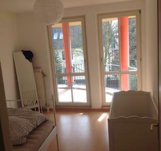 Zimmer mit Durchgang zur Terrasse - Berlin