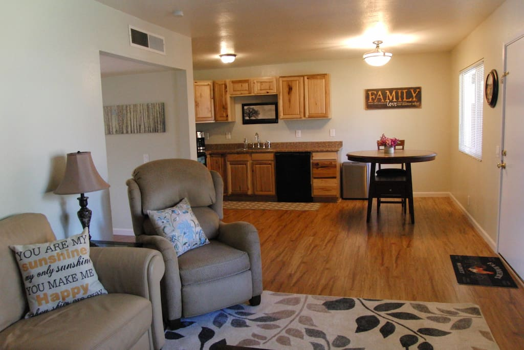 Light and bright front room with wifi, smart tv & cable