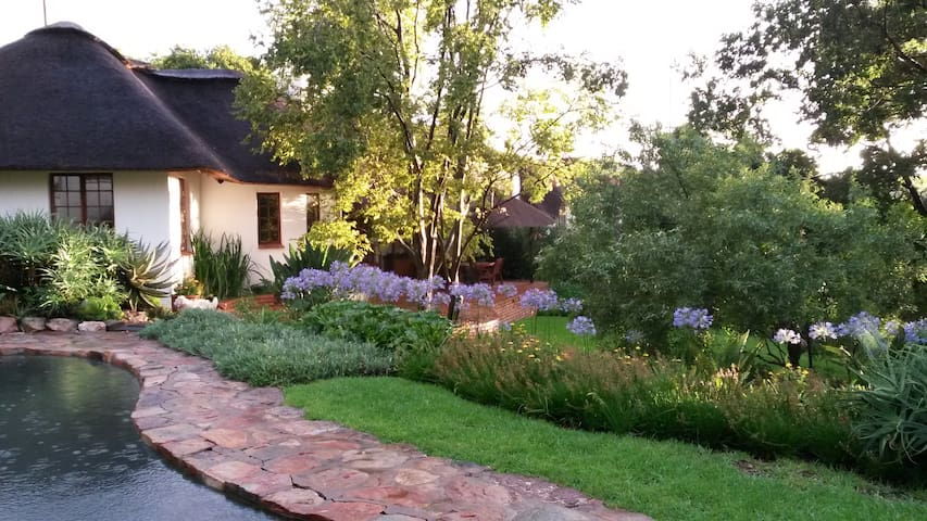The Handbuilt House self-catering cottage and BnB - Sandton - Daire