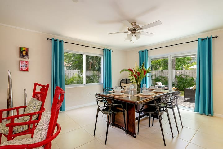 3BR w/Pool on Hip Strip, Beach access, Sleeps 8