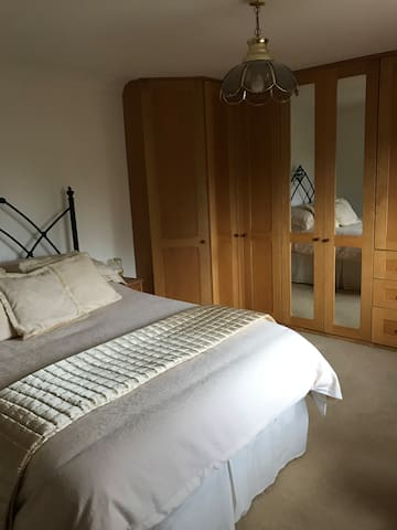 Lovely bedroom close to Bristol and Bath