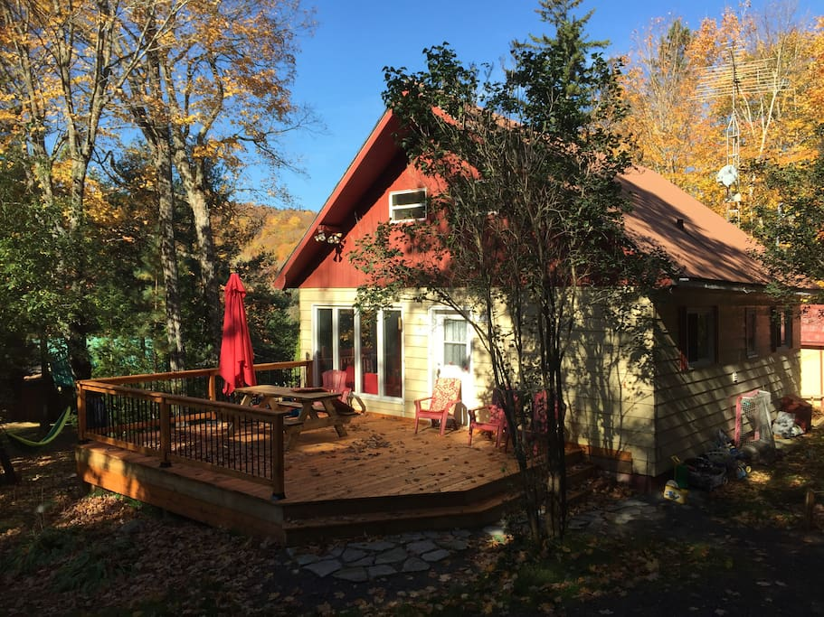 Devanture du chalet, plein lumière toute la journée, terrasse en cèdre de 20 x 24 pieds et table à pique nique