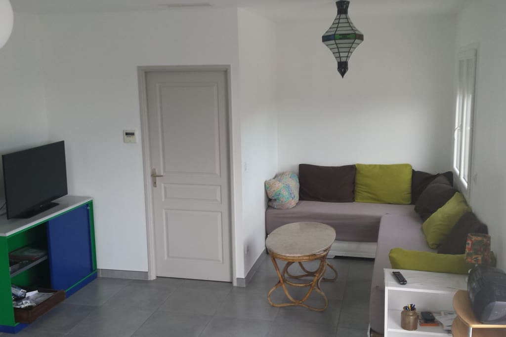salon spacieux et lumineux : coin banquettes