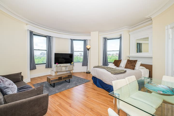 Beautiful 1BR with a View in Downtown | Evonify