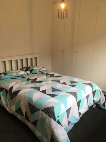 Light filled room close to transport and airport - Thomastown