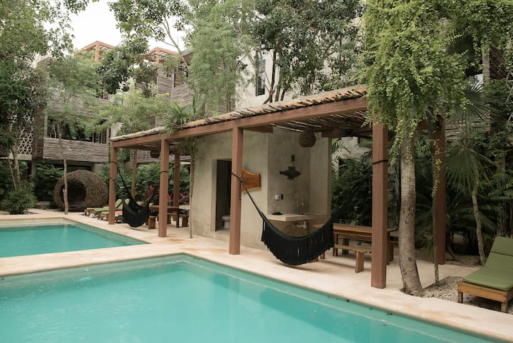NEW! ★ BOHO CHIC FLAT W/ HIGH-SPEED WI-FI & POOLS★