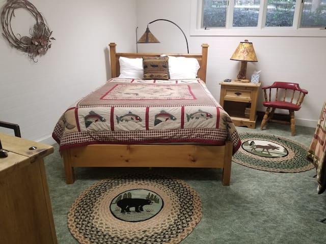 Downstairs Bedroom - Queen