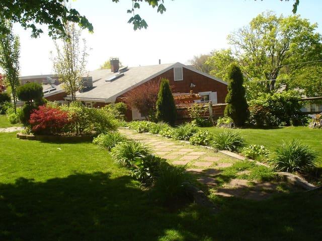 Hilltop Garden House - Salem - Casa
