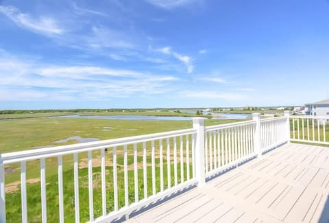 NEW 3BR home, incredible views - Beach across St