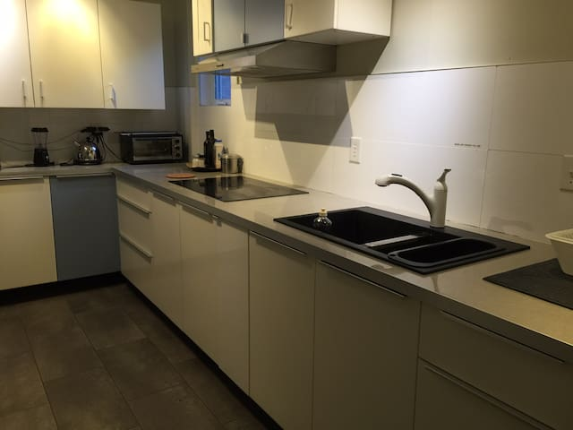 5 Minutes walk to subway, Great location / 39-B - Toronto - Guesthouse